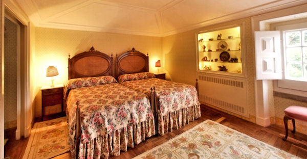 Special Twin room for holiday rent in S. Thiago guesthouse in Sintra near Lisbon, Portugal.